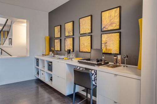 gelbe Akzente im Home Office Büro Inspiration gelbe Vorhänge gelber Stuhl beige und hellgrau als Hauptfarben