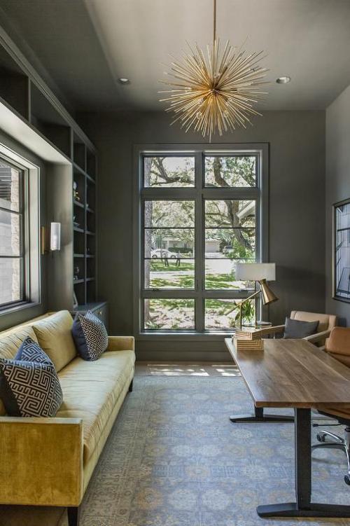 gelbe Akzente im Home Office Büro Inspiration gelbes Sofa als Blickfang große Fenster
