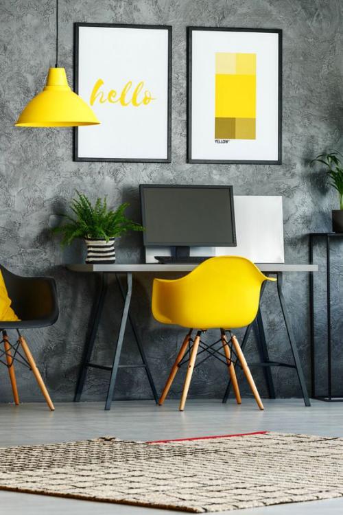 gelbe Akzente im Home Office Büro Inspiration graue Tapetenwand gelber Sessel gelbe Hängelampe Blumentopf PC Wandbilder