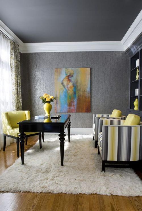 gelbe Akzente im Home Office Büro Inspiration künstlerische Gestaltung gelber Sessel schwarzer Tisch Wandgemälde gestreifte Sessel rechts