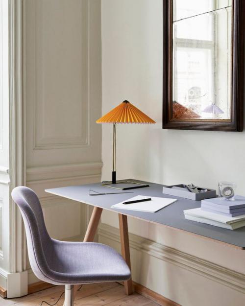 gelbe Akzente im Home Office Büro Inspiration moderne Einrichtung elegante Schreibtischlampe in Orange frischer Blickfang