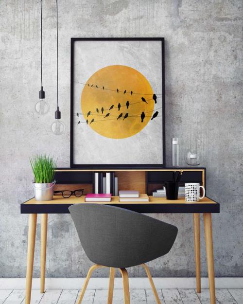 gelbe Akzente im Home Office Büro Inspiration simple Einrichtung Tisch Stuhl Topf mit grünem Gras
