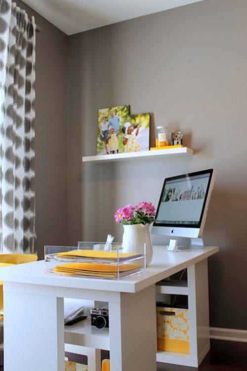 gelbe Akzente im Home Office Büro Inspiration verteilte gelbe Elemente frische visuelle Wirkung im Ambiente