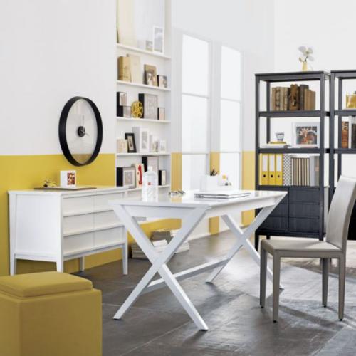 gelbe Akzente im Home Office Büro Inspiration weiße Büromöbel schwarzes Regal gelbe Wand Hocker sehr frische Raumatmosphäre