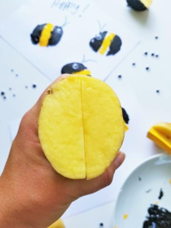 gestempelte bienen mit kartoffeln selber machen