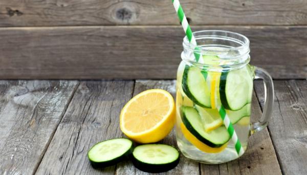 gesunde getränke detox wasser zitrone gurke