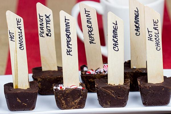 heiße Schokolade am Stiel Rezept selbstgemachte Schokoladensticks versehen