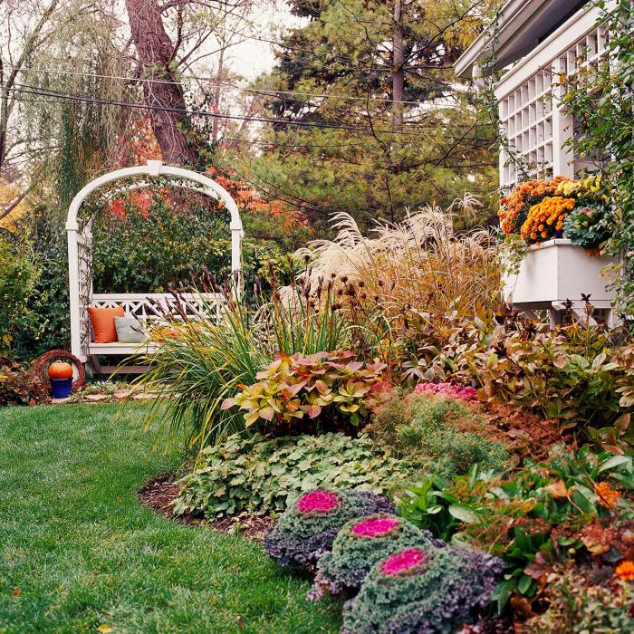 kleinen Garten gestalten üppige Gartenblumen und Pflanzen am Haus Pergola in Grün gebettet grüner Rasen