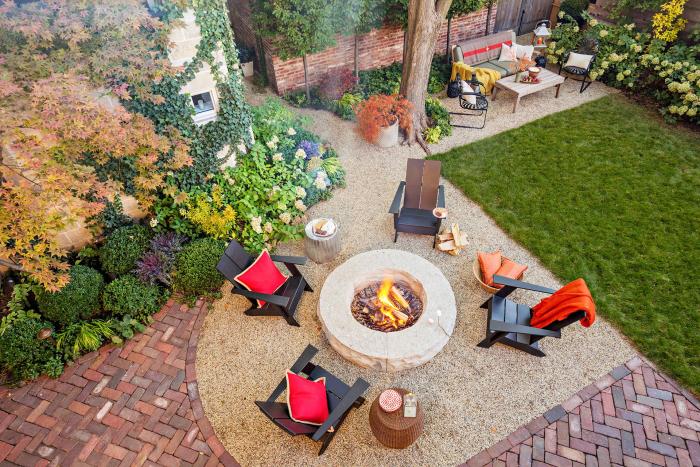 kleinen Garten gestalten Feuerstelle definitives Highlight vier Liegestühle interessante kreative Gartengestaltung