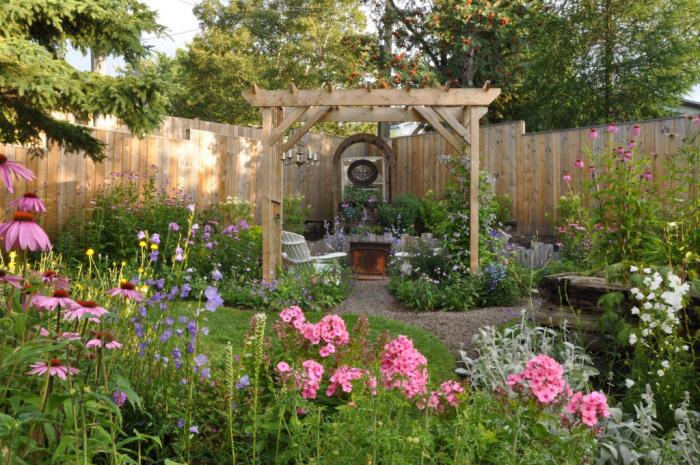 kleinen Garten gestalten Pergola Zaun inmitten der Natur viel Grün ringsherum sich ausruhen erholen