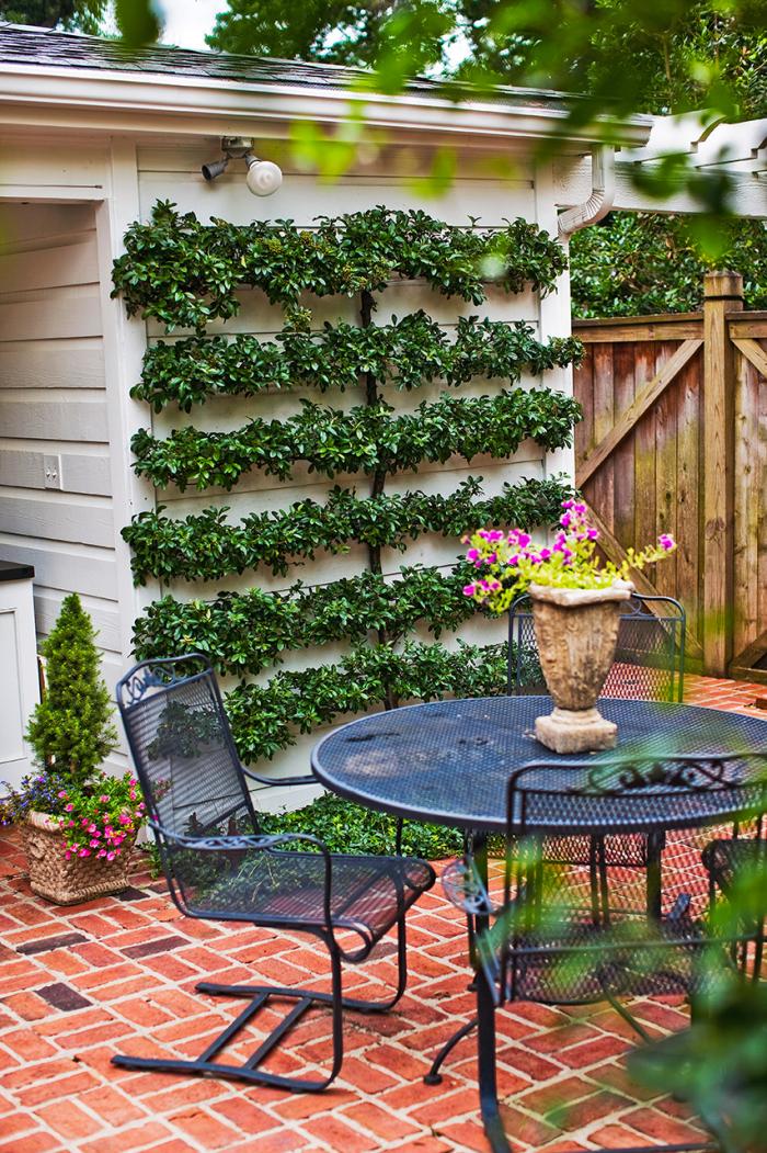 kleinen Garten gestalten einzelnen Zonen voneinander abtrennen Sitzecke im Freien einfache Bistro Möbel aus Metall