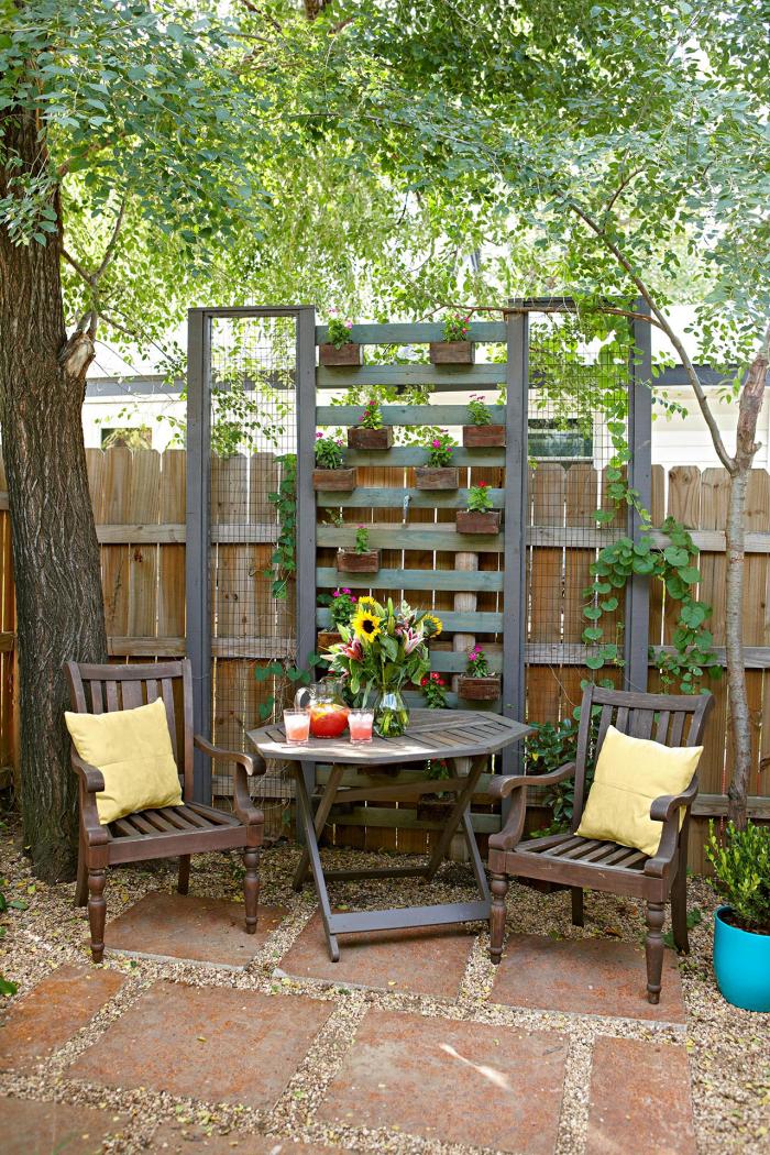 kleinen Garten gestalten gemütliche einladende Ecke zum Relax im Schatten direkt am Gartenzaum platziert