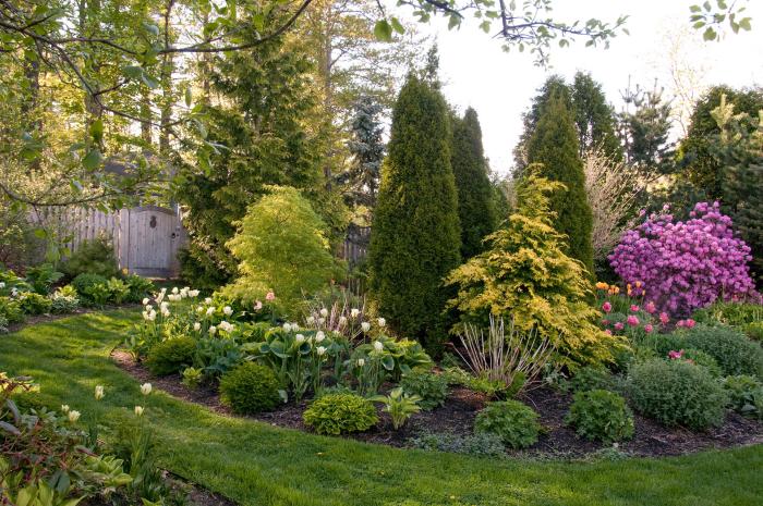 kleinen Garten gestalten interessante Gestaltung in halbrunder Form begrünt üppige Pflanzen