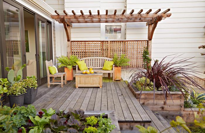 kleinen Garten gestalten offene Veranda gut zoniert Holzboden Überdach Sitzecke im Freien