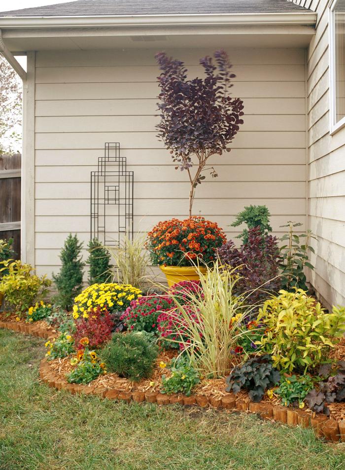 kleinen Garten gestalten unauffällige Stelle am Haus begrünen üppige Pflanzen Blickfang