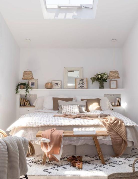 kleines Schlafzimmer optisch erweitern Dachschräge viel Dekoration Braun und Beige
