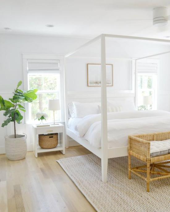 kleines Schlafzimmer optisch erweitern Himmelbett schneeweiße Bettwäsche genügend Tageslicht eine grüne Topfpflanze