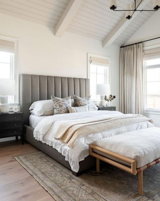 kleines Schlafzimmer optisch erweitern Weiß mit neutralem Braun schöne Raumgestaltung Fenster Gardinen