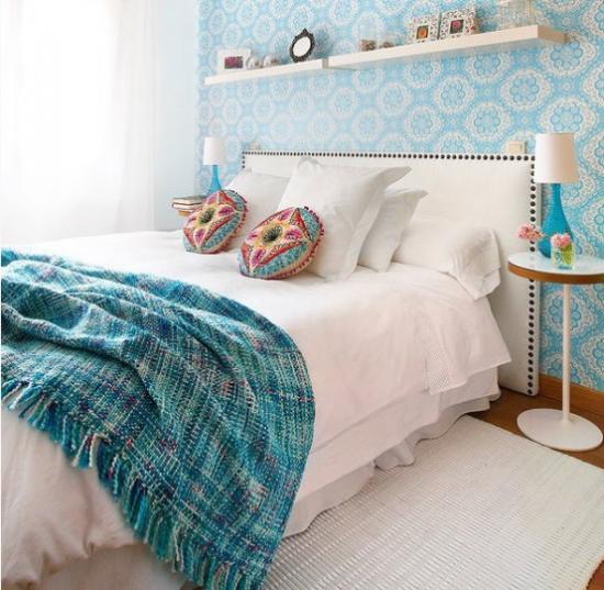 kleines Schlafzimmer optisch erweitern blau und weiß Deko Kissen mit ethnischen Mustern