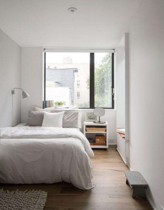 kleines Schlafzimmer optisch erweitern großes Fenster Schlafbett Nachttisch Lampe einfache Raumgestaltung Einrichtung