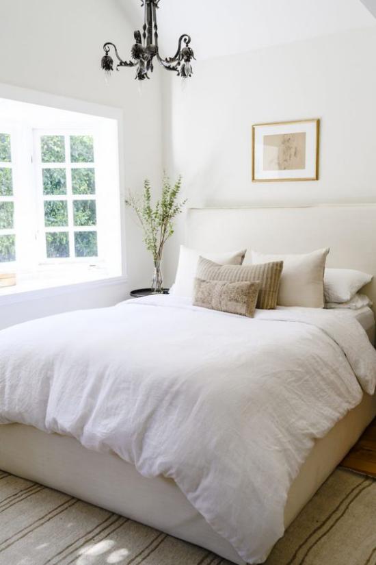 kleines Schlafzimmer optisch erweitern großes Fenster viel Tageslicht bequemes Bett weiße Bettwäsche