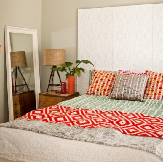 kleines Schlafzimmer optisch erweitern helle Farben Farbtupfer rustikale Motive Spiegel an die Wand angelehnt