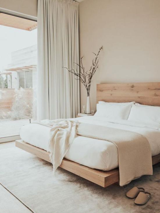 kleines Schlafzimmer optisch erweitern helle Farben helles Holz visueller Effekt