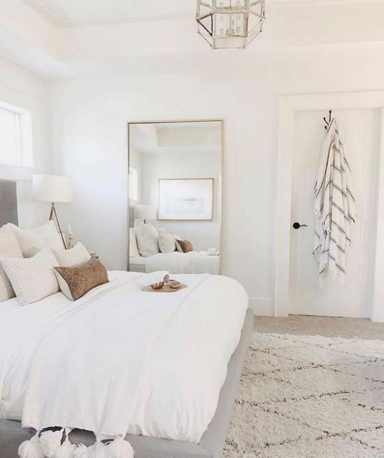 kleines Schlafzimmer optisch erweitern helles Ambiente Spiegel an die Wand gelehnt visuelle Täuschung