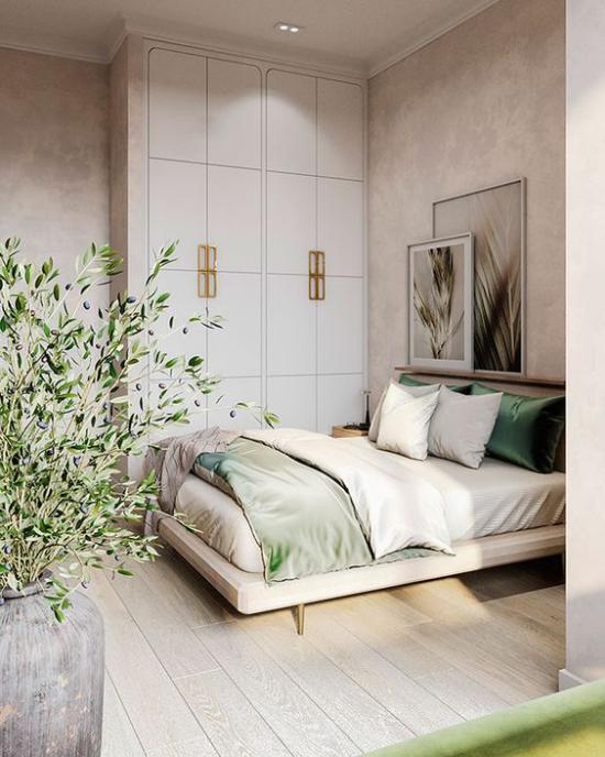 kleines Schlafzimmer optisch erweitern helles Ambiente deckenhohe eingebaute Kleiderschränke gute Staumöglichkeit hellgrüne Akzente