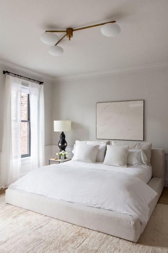 kleines Schlafzimmer optisch erweitern helles Ambiente neutrale Farben Wandbild dezentes Licht Fenster weiße Gardinen