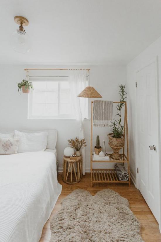 kleines Schlafzimmer optisch erweitern helles sehr gemütliches Ambiente Weiß verschiedene Braunnuancen zu viel Dekoration
