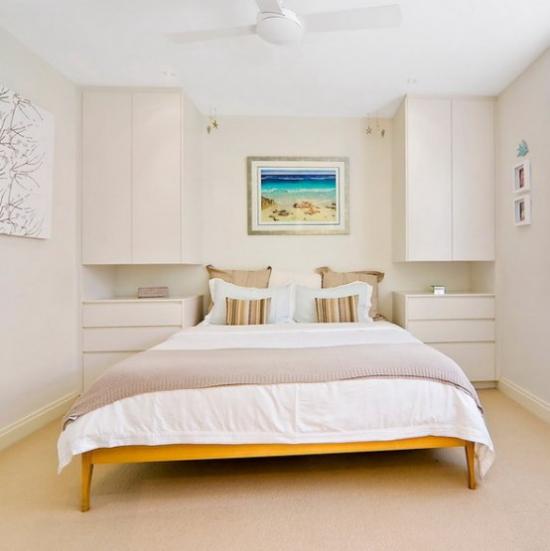kleines Schlafzimmer optisch erweitern stilvoll gestaltet neutrale Farben dominieren