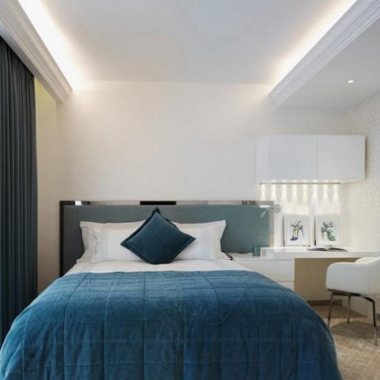 kleines Schlafzimmer optisch erweitern stilvolle Raumgestaltung in hellen Farbtönen dezente Beleuchtung