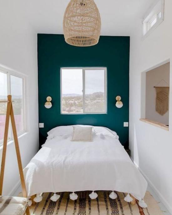 kleines Schlafzimmer optisch erweitern türkisfarbene Akzentwand Kontrast weiße Bettwäsche