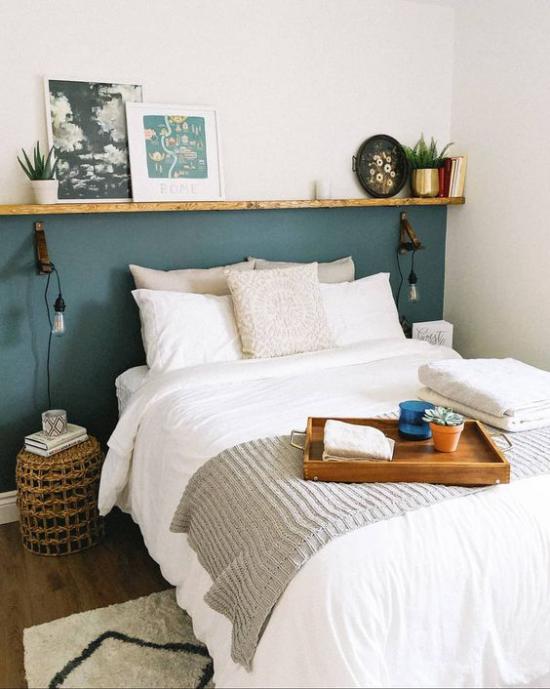 kleines Schlafzimmer optisch erweitern türkisfarbene Akzentwand kontrastiert weiße Bettwäsche