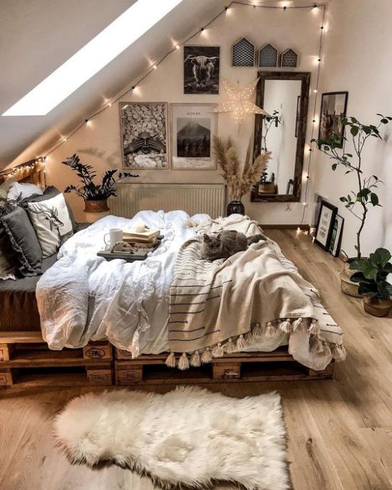 kleines Schlafzimmer optisch erweitern unter der Dachschräge zu viel Dekoration Lichter Hängeketten
