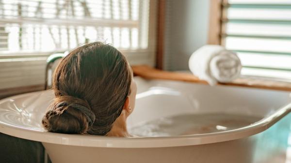 natürliche Schlafmittel Schlaflösigkeit bekämpfen Badewanne nehmen