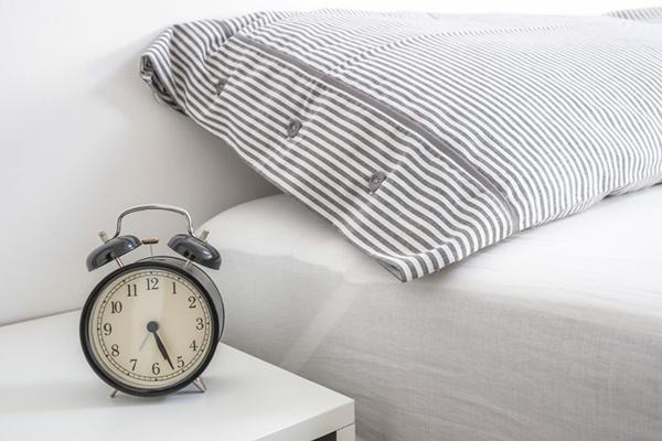 natürliche Schlafmittel Schlaflösigkeit bekämpfen Wecker