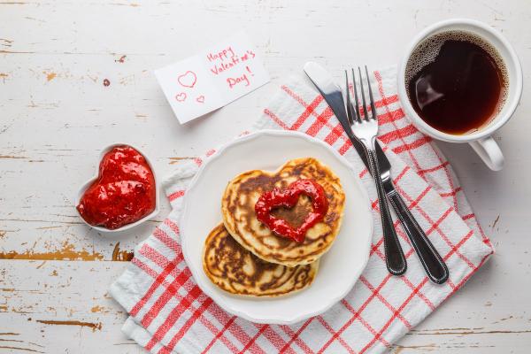 romantisches Frühstück zu zweit Kaffee Pfannkuchen rote Marmelade