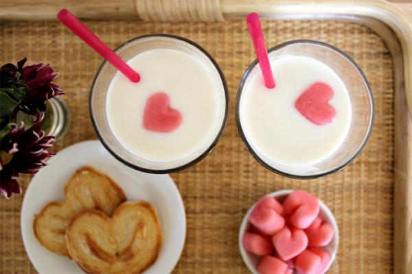 romantisches Frühstück zu zweit Leckeres in Herzform Kekse