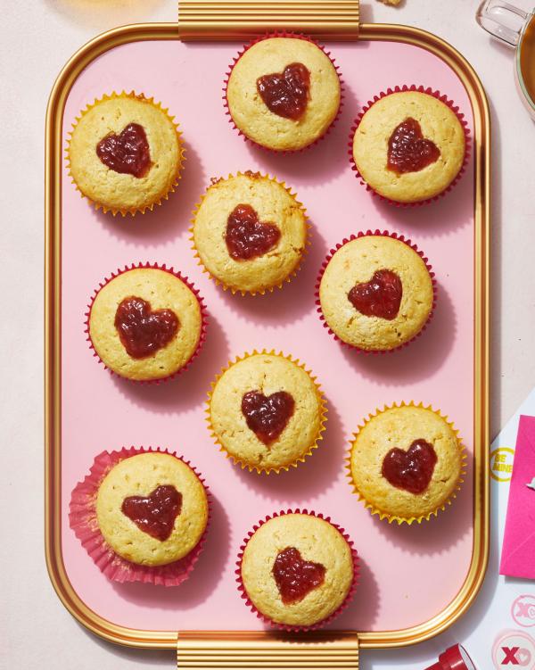romantisches Frühstück zu zweit Muffins mit Marmelade in Herzform