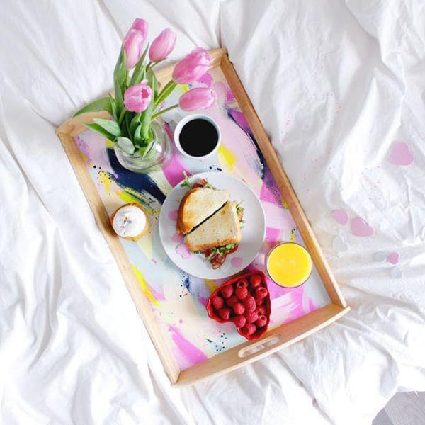 romantisches Frühstück zu zweit Tablett Kaffee Erdbeeren rosa Tulpen