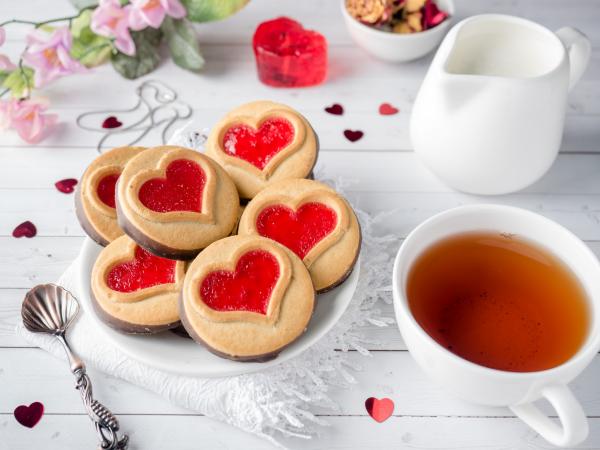 romantisches Frühstück zu zweit Tee kleine Kekse in Herzform herrliche Frühstücksidee