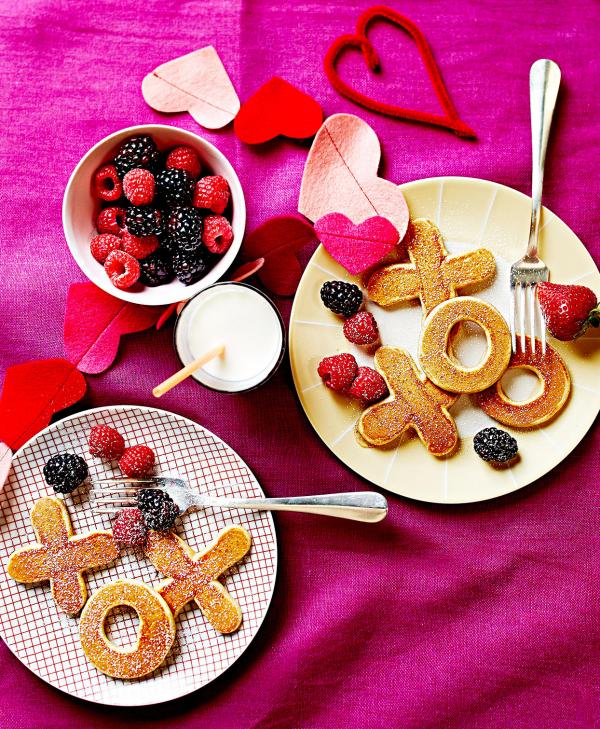 romantisches Frühstück zu zweit Tischdecke und Dekoration in verschiedenen Rottönen kleine Häppchen Him-und Brombeeren