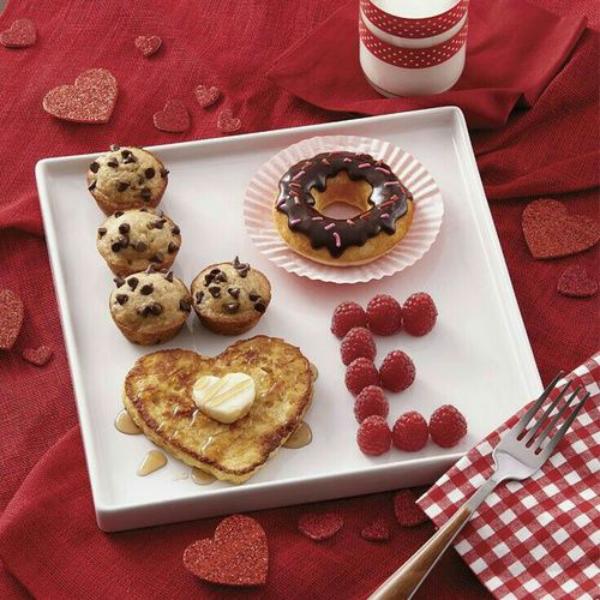 romantisches Frühstück zu zweit besteht aus süßen und herzhaften Häppchen
