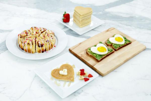 romantisches Frühstück zu zweit gsundes Essen in Herzform arrangiert hervorragende Idee nicht nur für frisch Verliebte