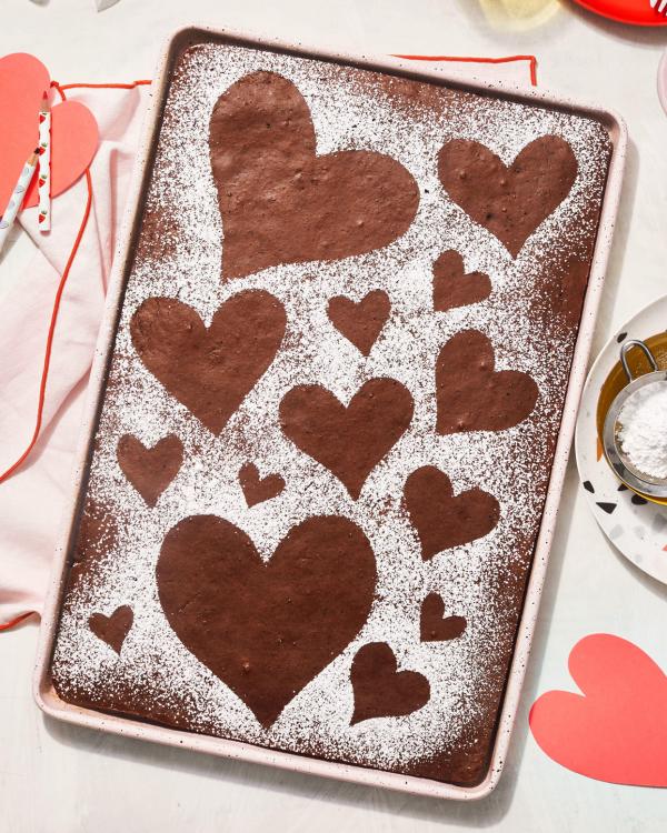 romantisches Frühstück zu zweit leckerer Kuchen mit Zucker und Kakao in Herzformen dekoriert