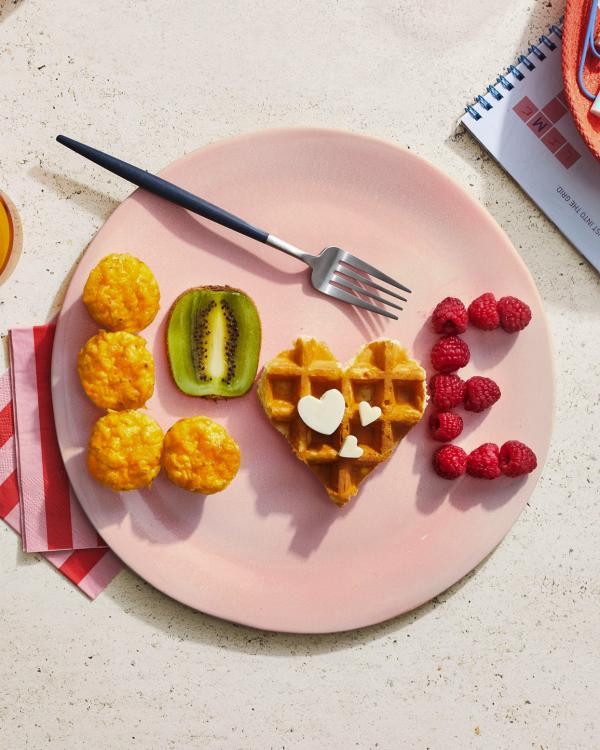 romantisches Frühstück zu zweit viel Buchstaben mit Beeren und Häppchen formen kleine Details sind wichtig