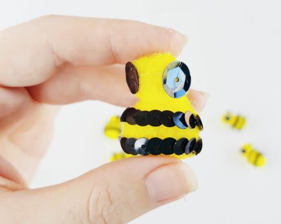 süße bienen basteln aus pfeifenputzer