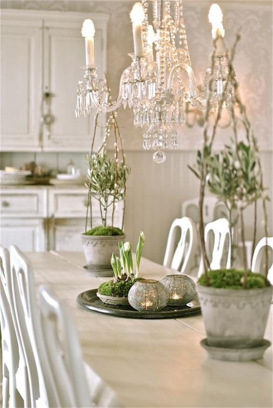 skandinavische Frühlingsdeko Esstisch schöne Deko in Weiß und Grün Kronleuchter Kristall